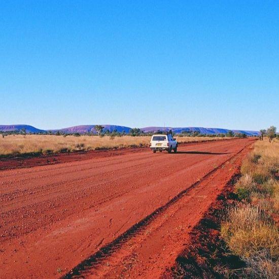 Australia-Outback-Gunbarrel-strada-con-veicolo-dove-possiamo-notare-il-clima-tipicamente-della-zona-1024x683